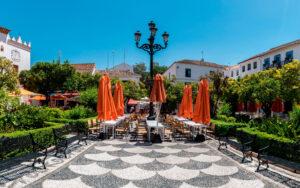 Plaza de los Naranjos de Marbella, a 5 minutos de La Fuente