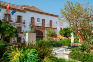 Plaza de los Naranjos Marbella, cerca de Urbanización La Fuente